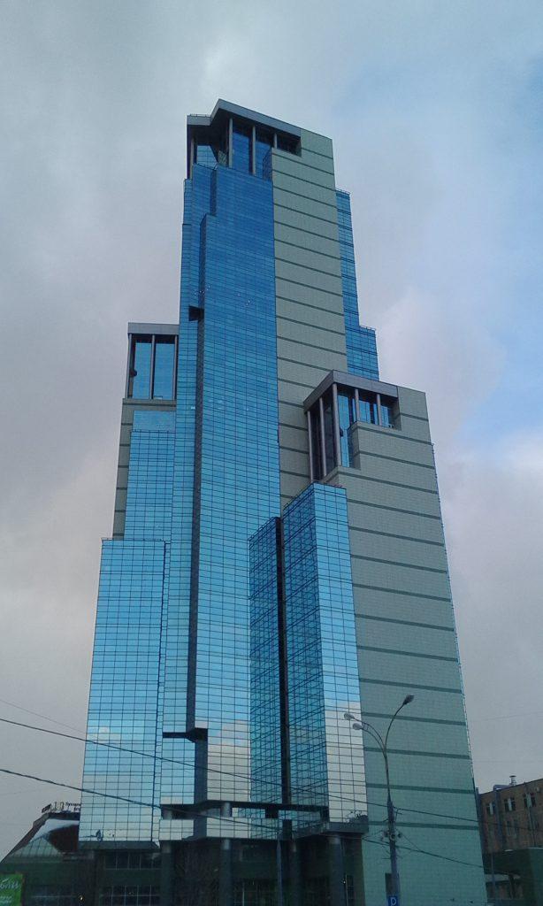 Стеклянный небоскрёб в Москве.