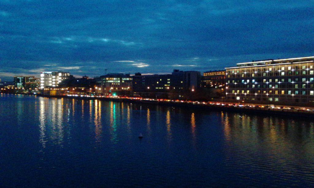 Москва. Вечер. Свет. Река.