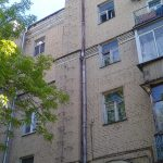Многоэтажный дом с печной трубой в Москве