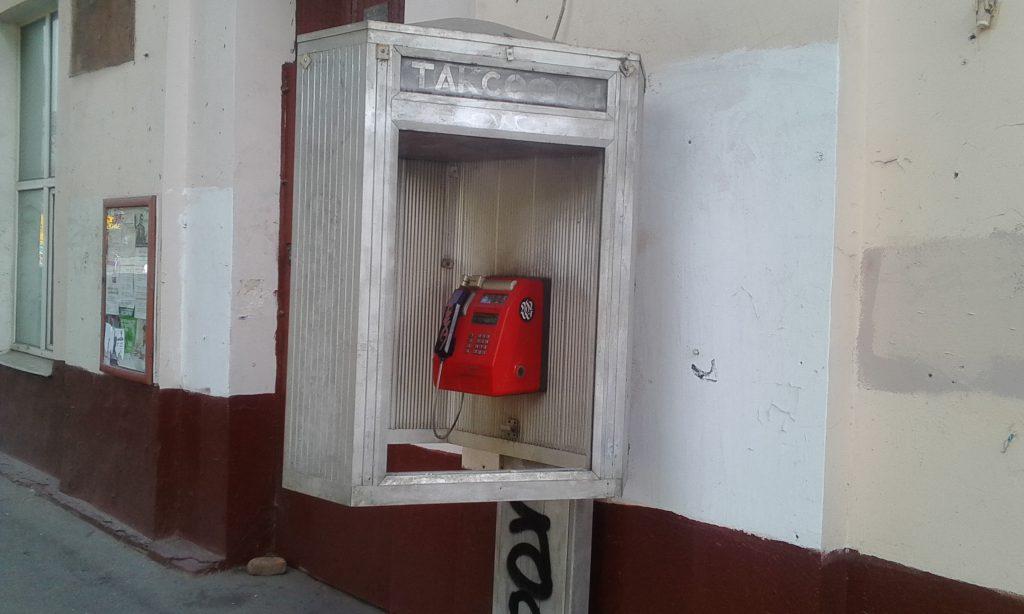 Москва. Телефонная будка.